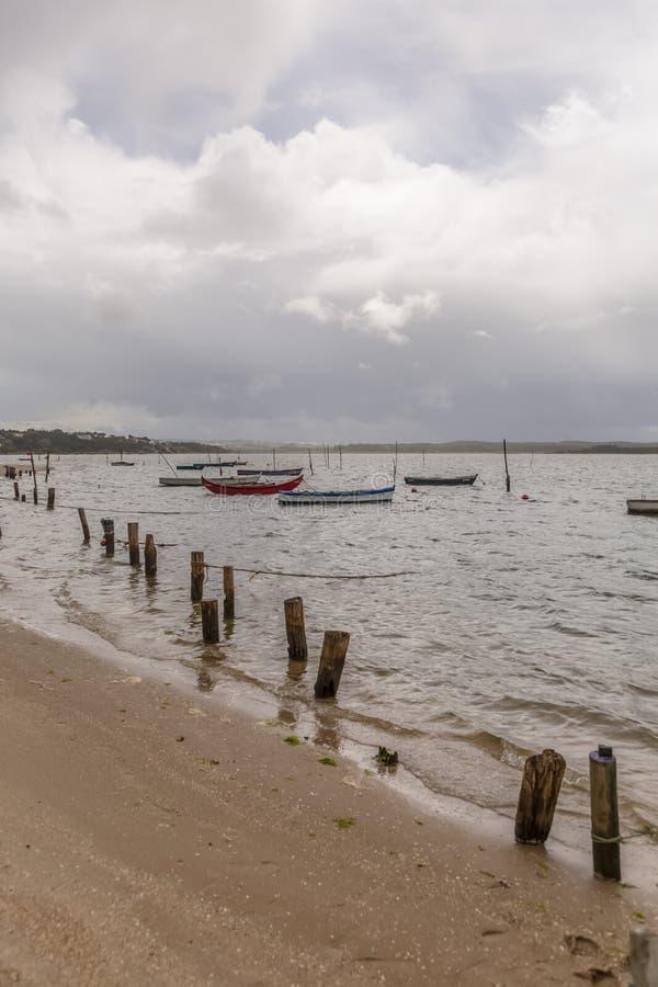 Ansicht des Strandes in der Lagune auf Nazare mit Fischerbooten, in Portugal lizenzfreies stockfoto