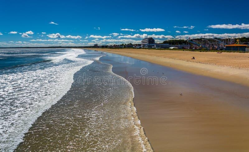 Ansicht des Strandes vom Pier am alten Obstgarten-Strand, Maine lizenzfreie stockfotografie