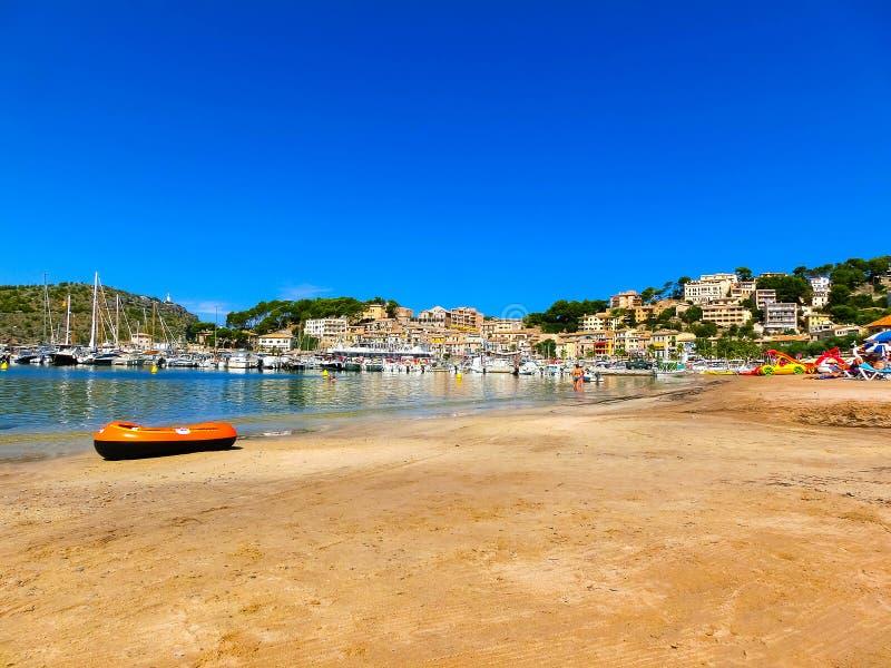 Ansicht des Strandes von Port de Soller mit den Leuten, die auf Sand, Soller, Baleareninseln, Spanien liegen lizenzfreies stockbild