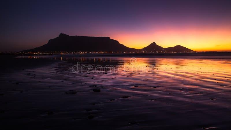 Ansicht des Tafelbergs, Cape Town, Südafrika während des Sonnenuntergangs stockbild