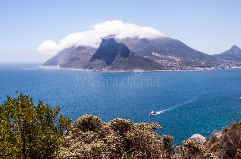 Ansicht des Tafelbergs in den Wolken und in Cape Town, Südafrika stockbild