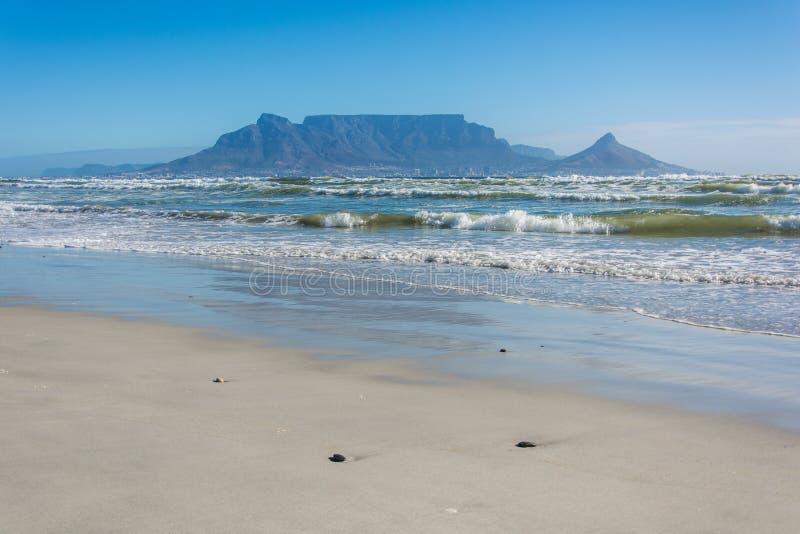 Ansicht des Tafelbergs von Blouberg-Strand in Cape Town stockfotos