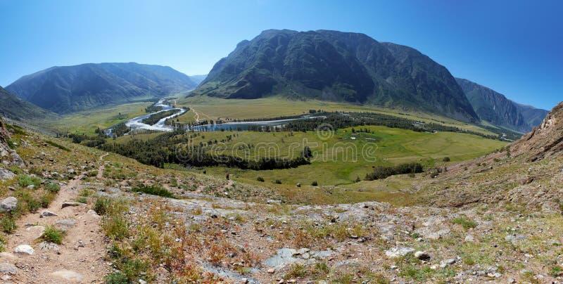 Ansicht des Tales von Altai-Fluss Chulyshman von der Steigung von m lizenzfreie stockfotos