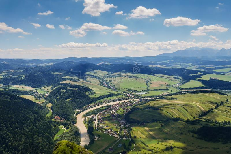 Ansicht des Tales von der Spitze des Berges stockfotos