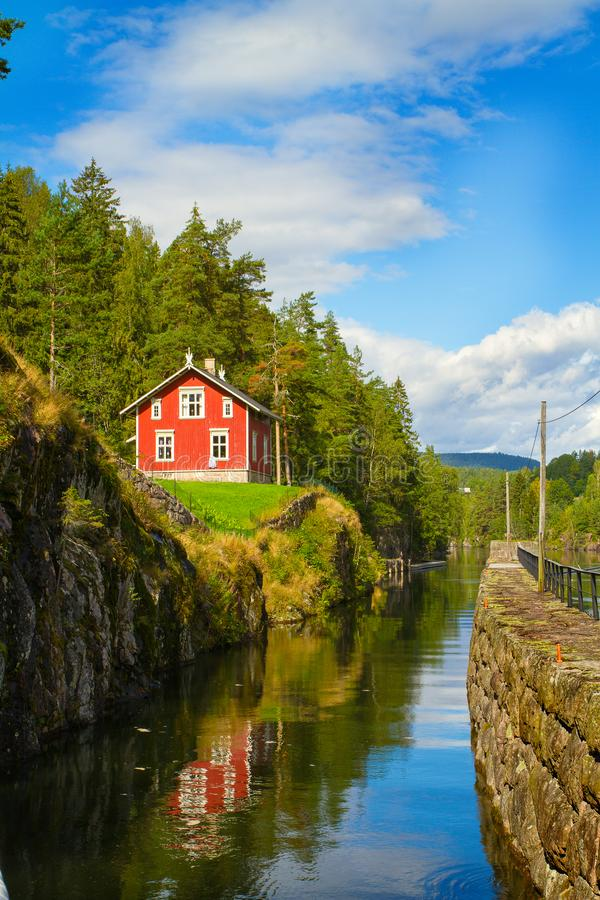 Ansicht des Telemark-Kanals mit alten Verschlüssen - Touristenattraktion in Skien, Norwegen lizenzfreie stockbilder