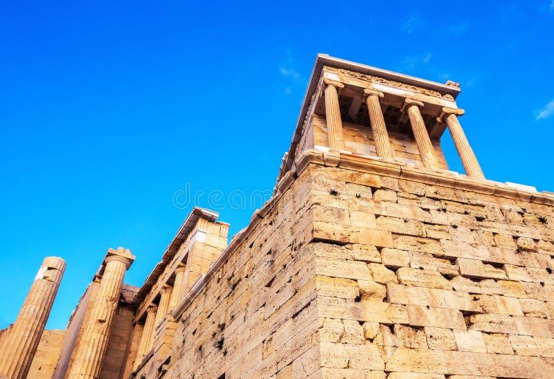 Ansicht des Tempels von Athena Nike am Propylaea-Eingangszugang, Athen, Griechenland gegen blauen Himmel lizenzfreies stockfoto