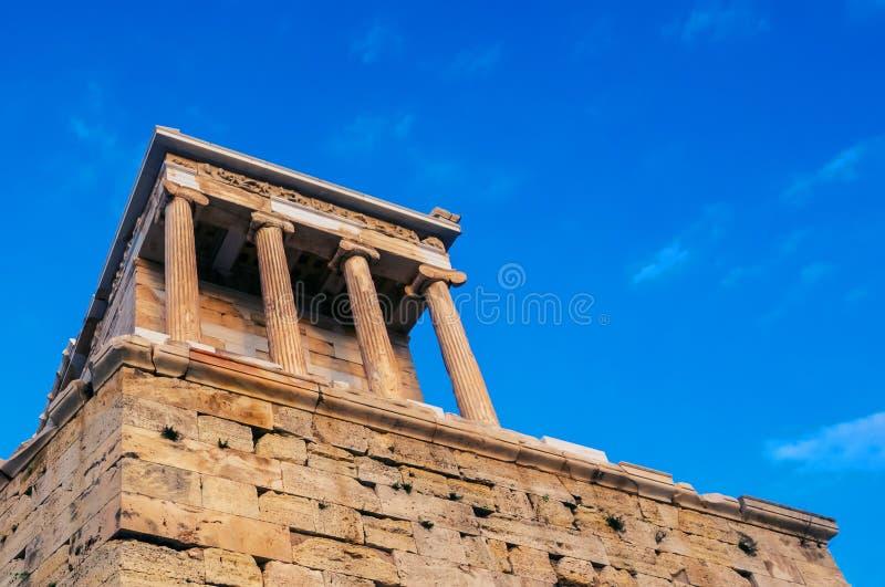 Ansicht des Tempels von Athena Nike am Propylaea-Eingangszugang, Athen, Griechenland gegen blauen Himmel lizenzfreie stockfotos