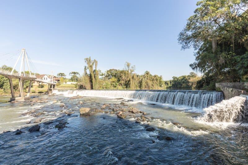Ansicht des Timbo-Stadtwasserfalls, Santa Catarina lizenzfreie stockfotos