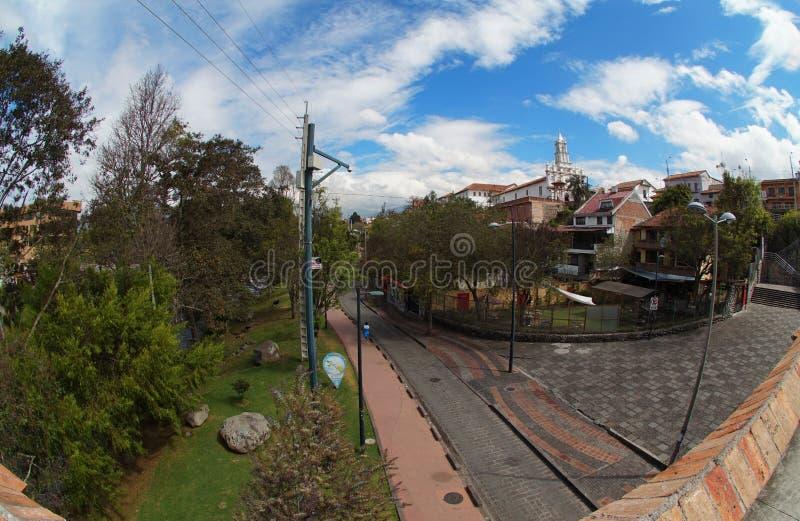 Ansicht des TODOS Santos Church von der defekten Brücke in der Stadt von Cuenca Fokus in Richtung zu den niedrigeren und mittlere lizenzfreie stockfotografie