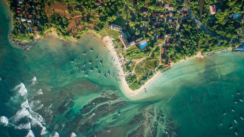 Ansicht des tropischen Küstenlinien- und Fischerdorfs lizenzfreie stockbilder