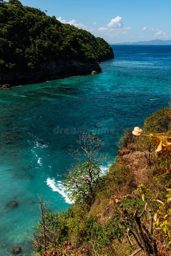 Ansicht des tropischen Strandes, der Seefelsen und des Türkisozeans, blauer Himmel Atuh-Strand, Nusa Penida, Indonesien stockbild