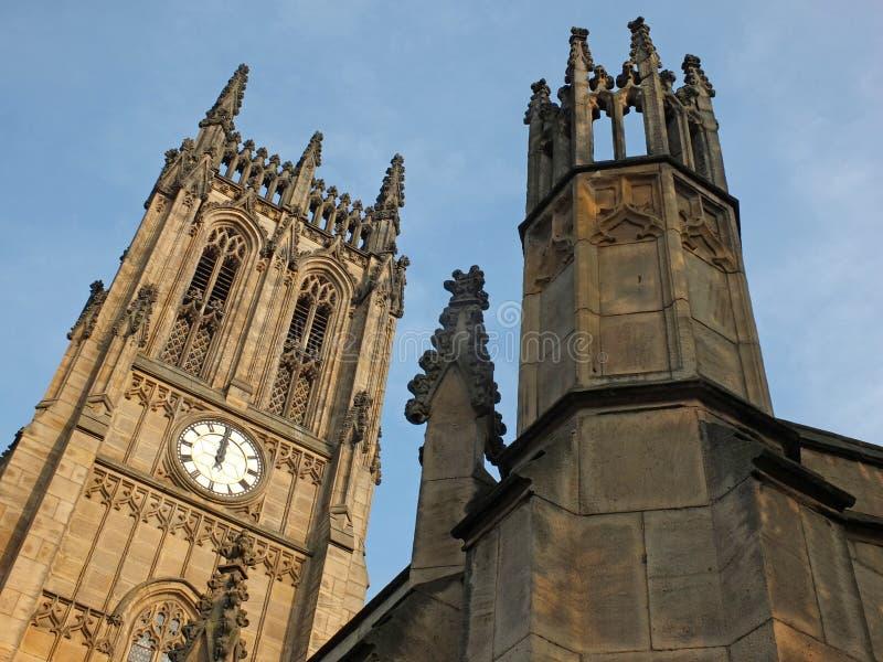 Ansicht des Turms und des Hauptgeb?udes des historischen St- Petersm?nsters in Leeds, fr?her, welches die Gemeindekirche im Jahre lizenzfreies stockbild