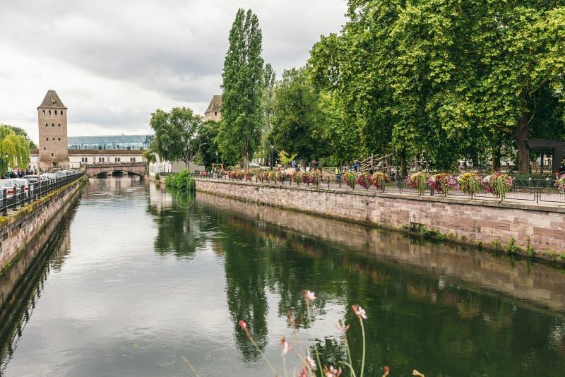 Ansicht des Turms vom Kanal in Straßburg lizenzfreie stockfotos