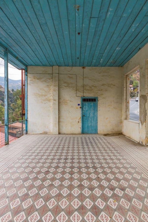 Ansicht des verlassenen Hausinnenraums und -fliesen in Zypern-Dorf lizenzfreies stockbild