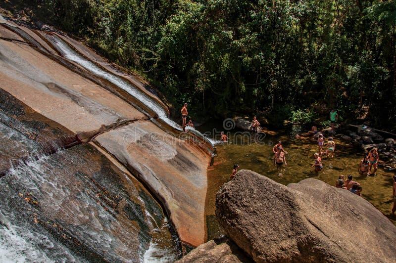 Ansicht des Wasserfalls und der Leute in einem Wald an ¡ Visconde de Mauà stockfoto