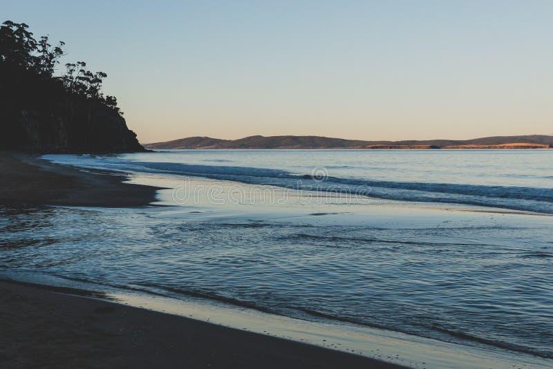 Ansicht des Wassers auf einem tasmanischen Strand stockbilder