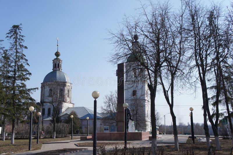 Ansicht des zentralen Bereichs von Zaraysk mit der orthodoxen Kirche in der Moskau-Region stockfoto