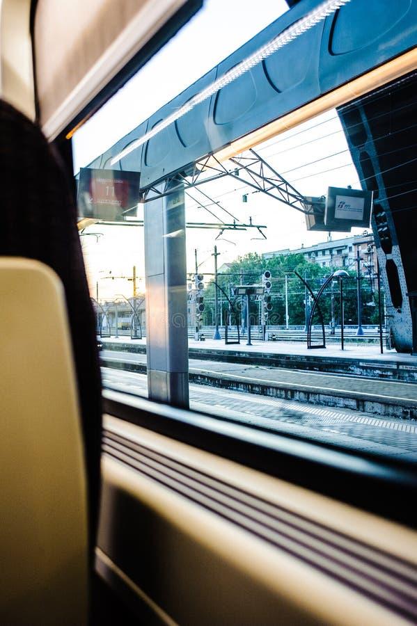 Ansicht des Zugs und die Station aus dem Wagen in DA heraus lizenzfreies stockfoto