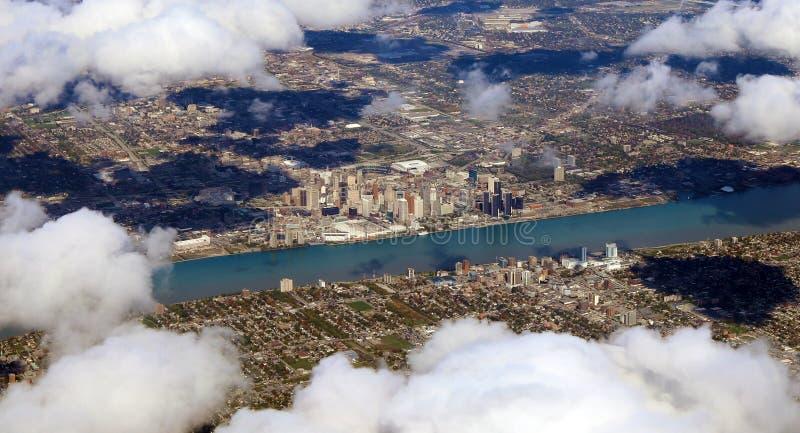 Ansicht Detroits Motor City vom Himmel, panoramisches Foto der amerikanischen Stadtansicht von der Fläche lizenzfreie stockbilder