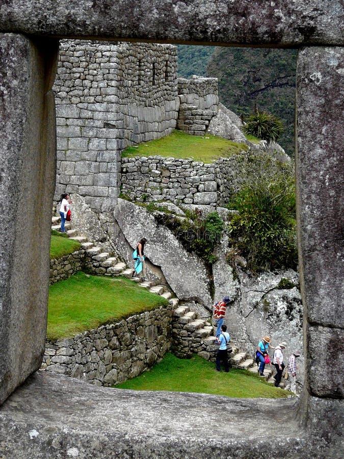 Ansicht durch das Fenster der alten Inkastadt Machu Picchu, Peru lizenzfreie stockfotografie