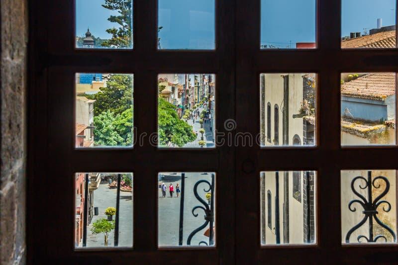 Ansicht durch das Fenster des Kirchturms der historischen Stadt von San Cristobal de La Laguna in Teneriffa, welches die Gebäude  lizenzfreie stockfotografie