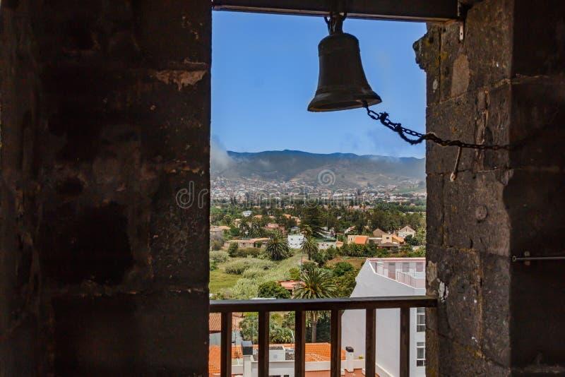 Ansicht durch das Fenster des Kirchturms der historischen Stadt von San Cristobal de La Laguna in Teneriffa, welches die Gebäude  lizenzfreies stockfoto