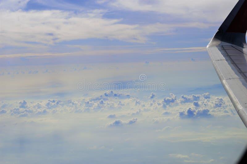 Ansicht durch das Fenster eines Flugzeuges stockfotografie