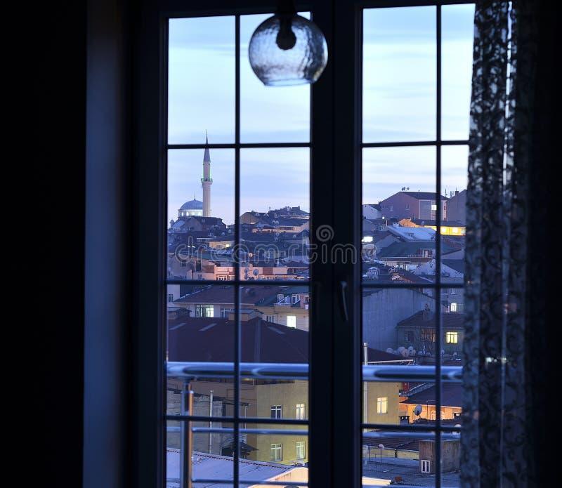Ansicht durch das Fenster in Istanbul stockbild