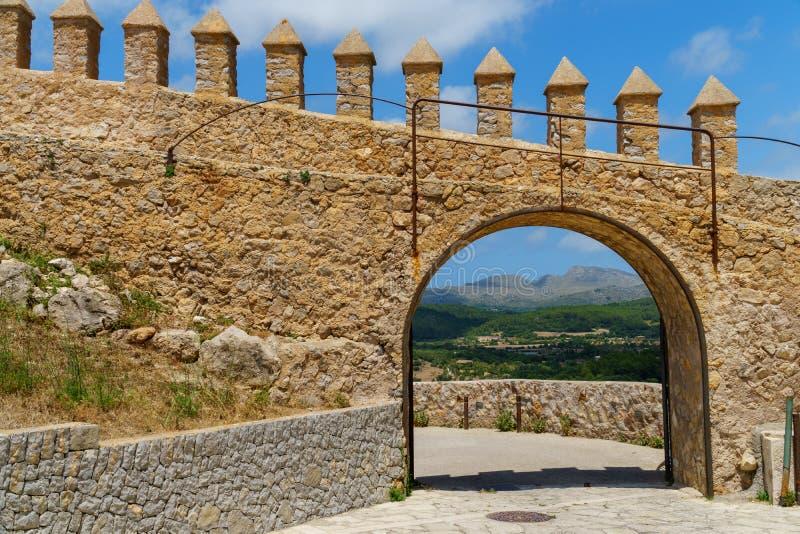Ansicht durch einen Bogen in einer Backsteinmauer an einer schönen Landschaft in Arta, Majorca stockfoto