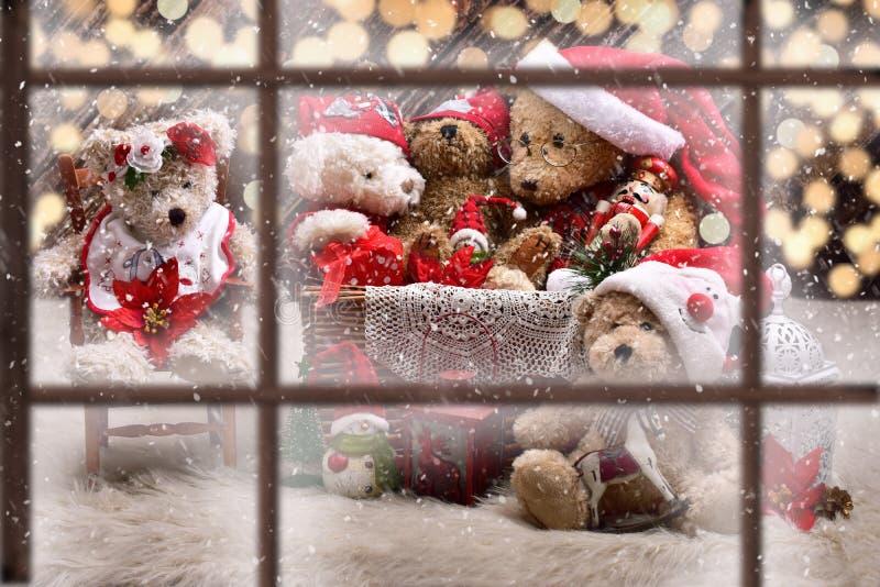 Ansicht durch Fenster zur Teddybärfamilie, die Weihnachten feiert lizenzfreie stockbilder