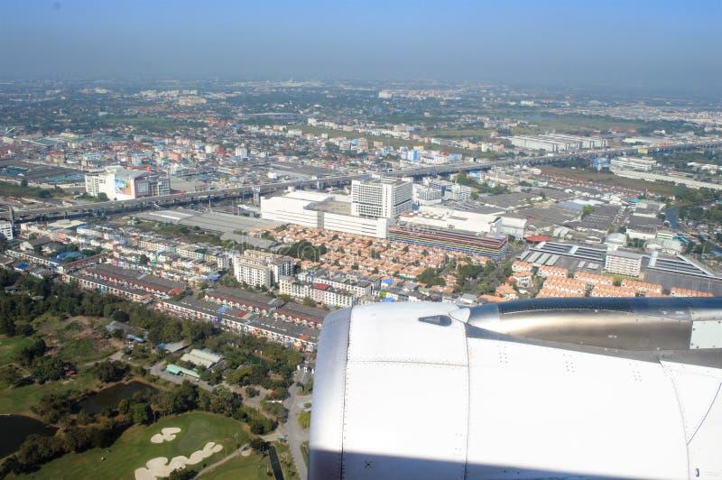 Ansicht durch Flugzeugfenster über Boden lizenzfreies stockbild