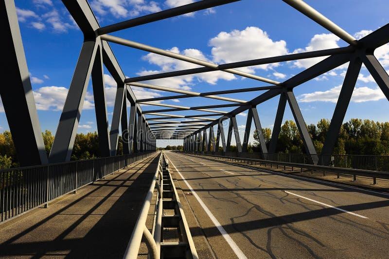 Ansicht durch Metallbinder-Brücke lizenzfreie stockfotos