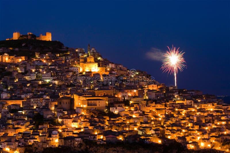 Ansicht durch Nachtaltes italienisches Dorf mit Feuerwerken stockfotos
