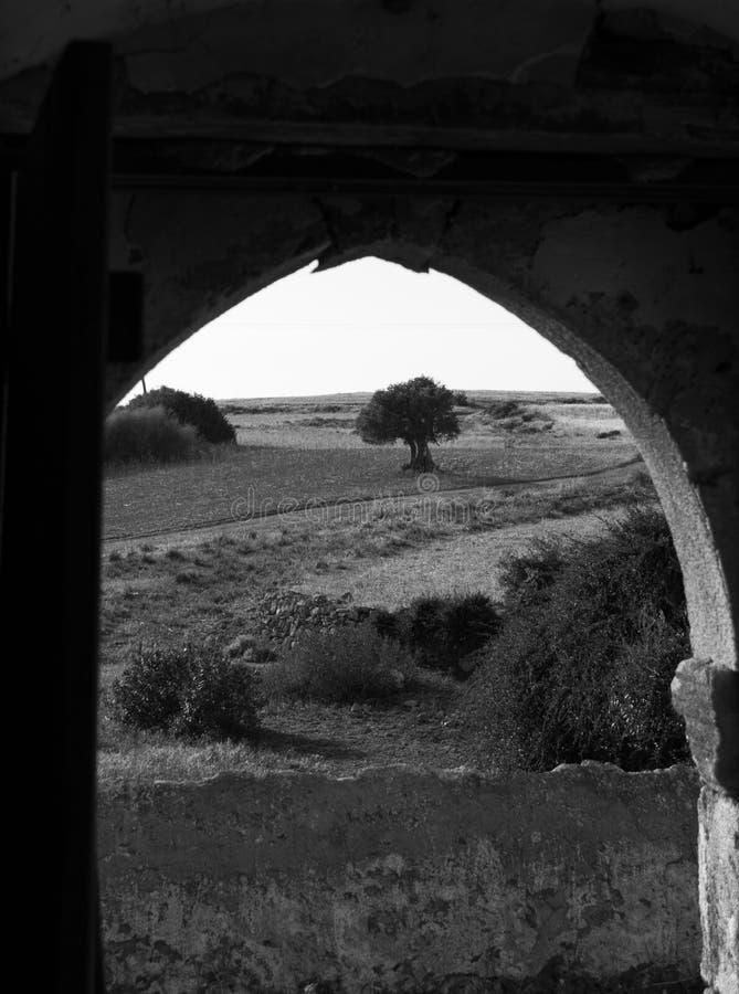 Ansicht durch Tür der verlassenen alten Kirche von Ayia Eirini in Ayia lizenzfreies stockbild