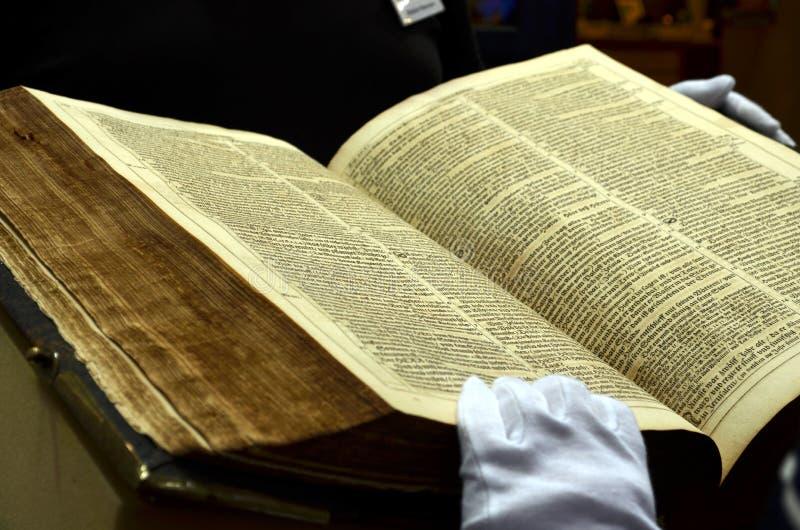 Ansicht in ein sehr altes und starkes Buch stockfoto