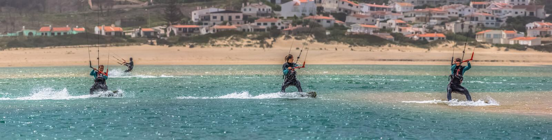 Ansicht einer Berufssportlerin, die extremen Sport Kiteboarding an der Obidos-Lagune übt, Foz tun Arelho, Portugal lizenzfreie stockbilder