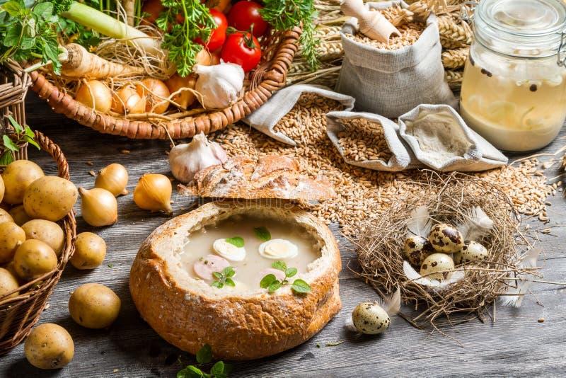 Ansicht einer frisch zubereiteten sauren Suppe lizenzfreie stockbilder