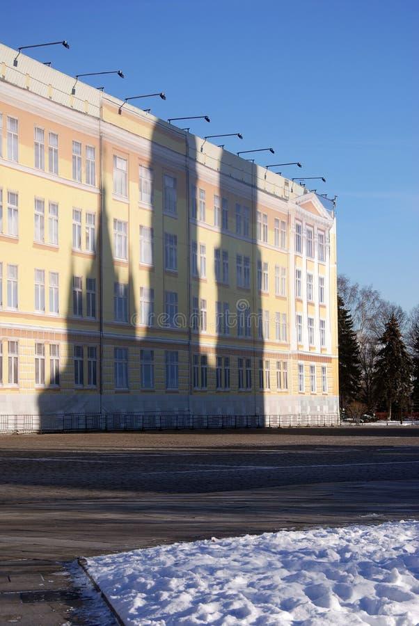 Ansicht einer gefälschten Fassade des Gebäudes mit Schatten eines wirklichen Gebäudes stockfotos
