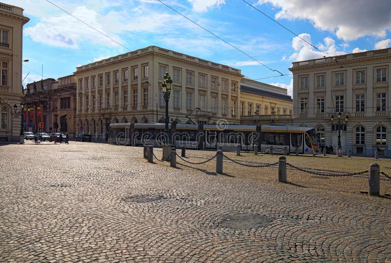 Ansicht einer Tram, die auf Eisenbahnen an der richtigen Stelle Royale überschreitet Frühlingslandschaftsfoto lizenzfreie stockfotos