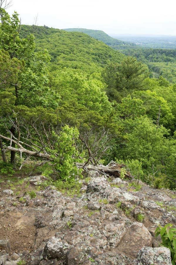 Ansicht einer vulkanischen Kante entlang der Metacomet-Spur, Connecticut stockfotografie