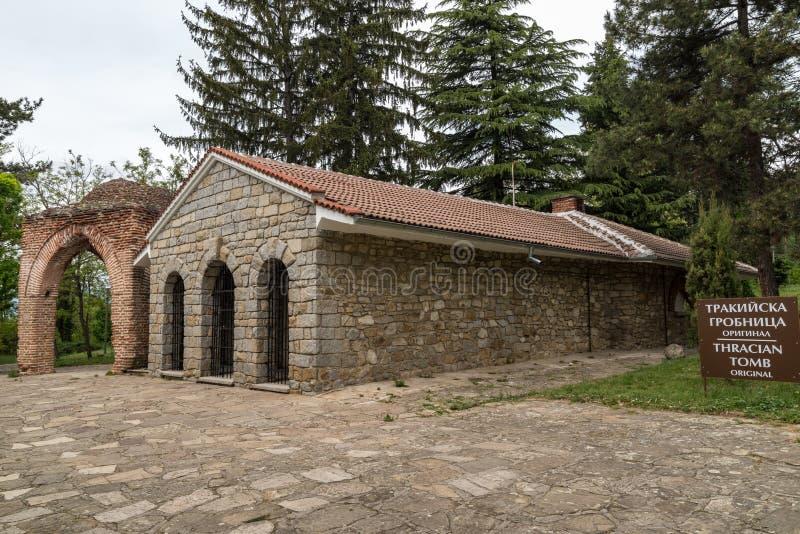 Ansicht eines alten thracian Grabs in Kazanlak, Bulgarien stockbild