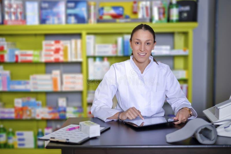 Ansicht eines attraktiven Apothekers bei der Arbeit lizenzfreie stockbilder