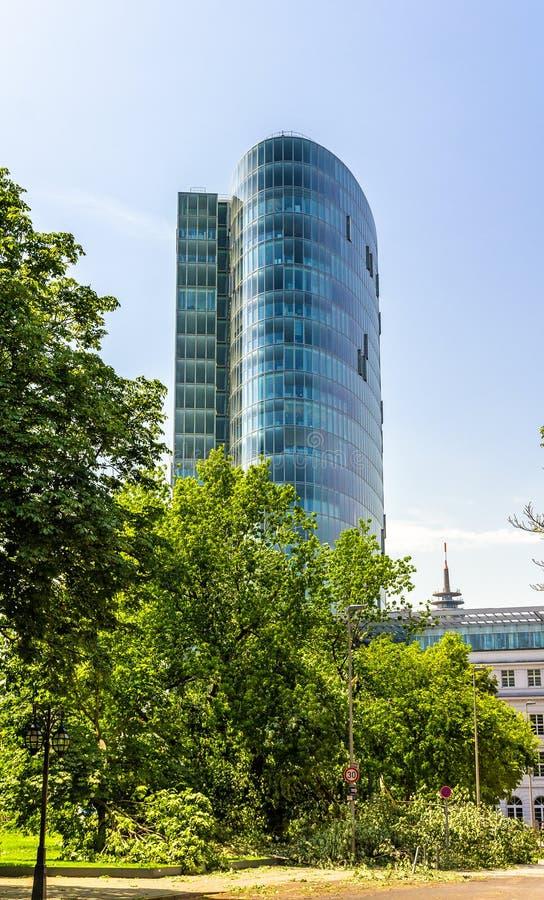 Ansicht eines Büroturms in Dusseldorf stockbild
