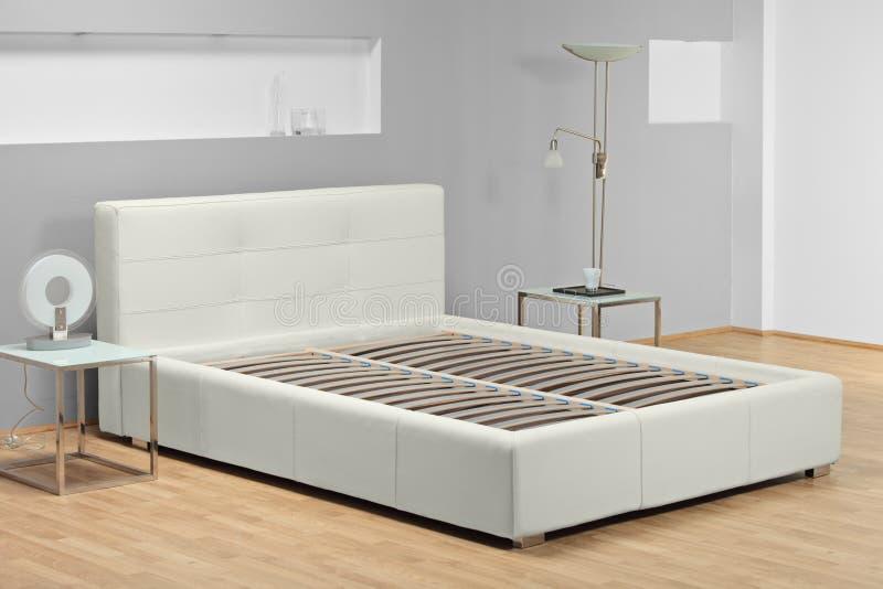 Ansicht eines Betts in einem Schlafzimmer lizenzfreie stockfotografie