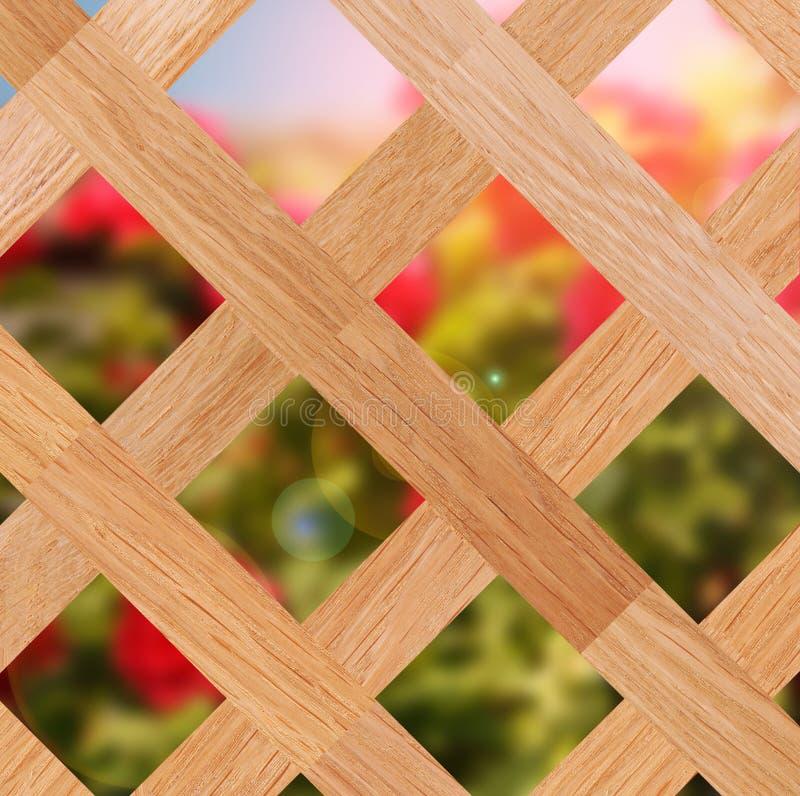 Ansicht eines Gartens durch hölzerne Hecke lizenzfreie stockfotos