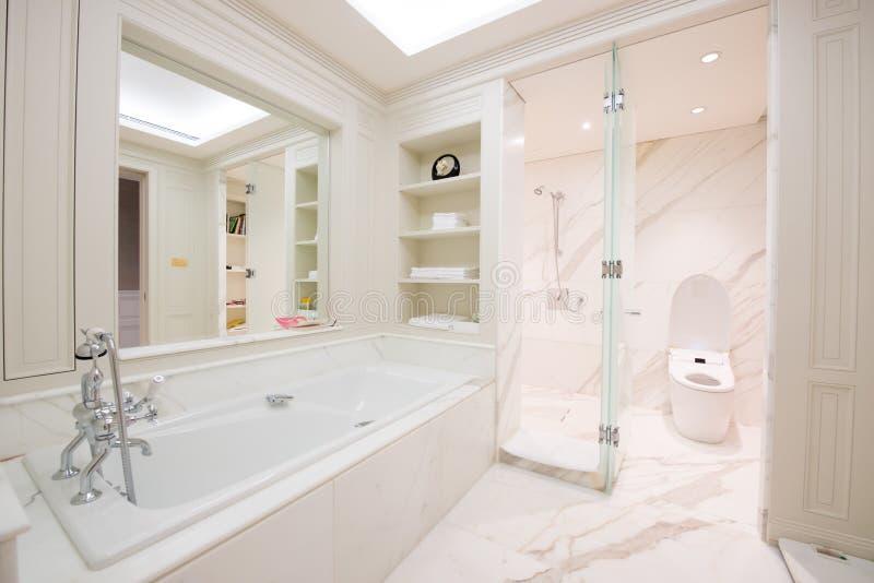 Ansicht eines geräumigen und eleganten Badezimmers lizenzfreie stockbilder