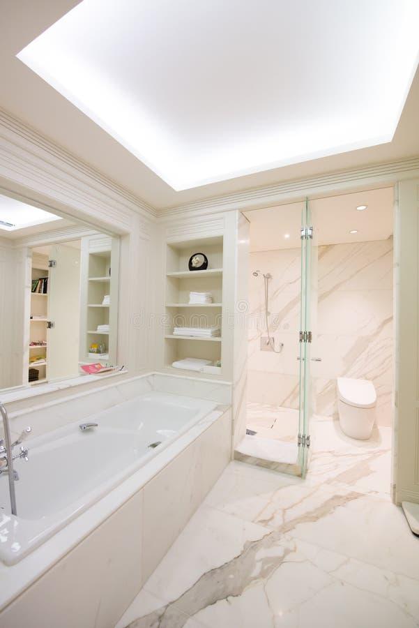 Ansicht eines geräumigen und eleganten Badezimmers lizenzfreie stockfotografie