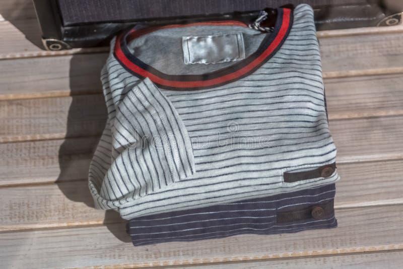 Ansicht eines man& x27; s-Sammlung bunte und zufällige T-Shirts, im Schaufensterschaufenster stockbilder