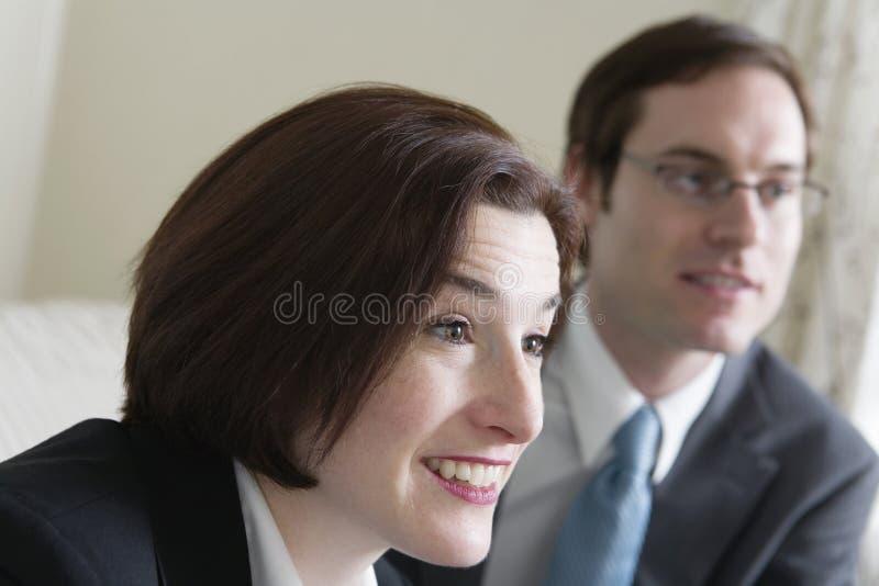 Ansicht eines mittleren erwachsene Frauen- und Mannlächelns. lizenzfreie stockbilder