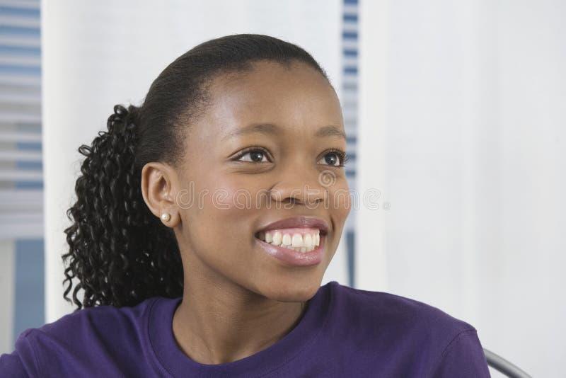Ansicht eines recht jungen Lächelns der schwarzen Frau. lizenzfreies stockfoto